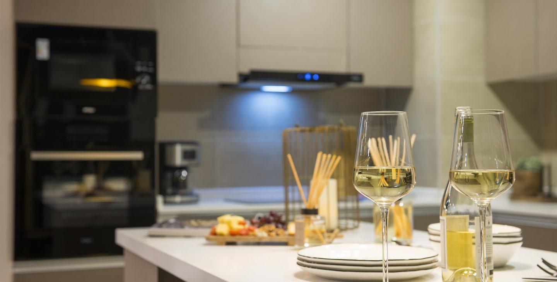 copas y platos sobre la mesa de la cocina edificio Las Dalias