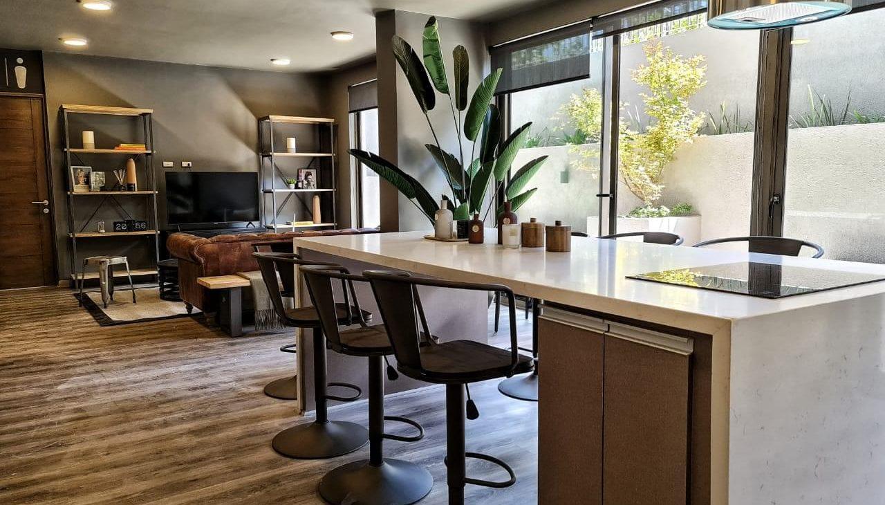 mesa con sillas social room edificio Las Dalias