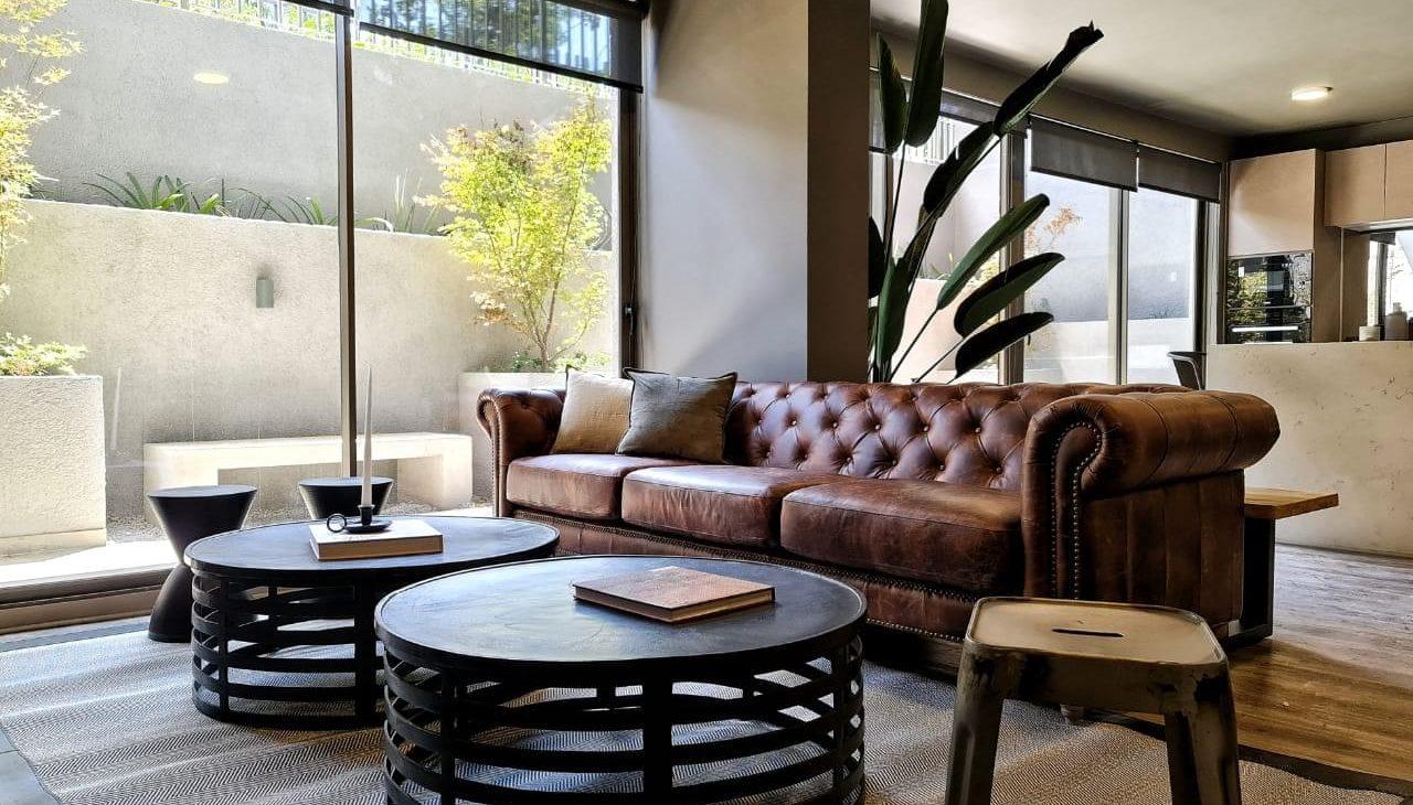 sillón con mesitas social room edificio