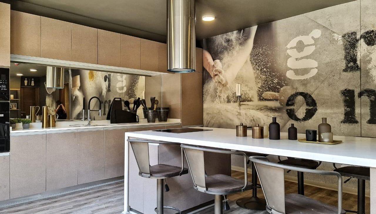 mesa de la cocina del social room del edificio