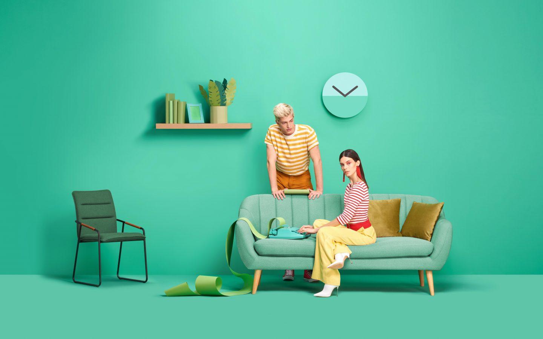 Mujer y hombre sentados en un sillón verde